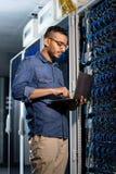 Сконцентрированный сервер базы данных инженера сети рассматривая стоковое изображение
