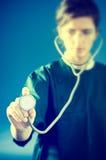 Сконцентрированный сотрудник военно-медицинской службы с стетоскопом стоковые фото