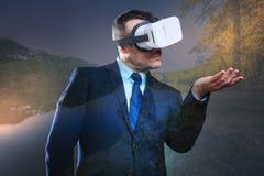 Сконцентрированный тысячелетний парень нося шлемофон VR Стоковое Изображение