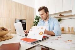 Сконцентрированный человек делая его надомный труд стоковое изображение rf