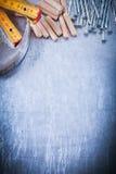 Скопируйте космос ногтей конструкции метра молотка с раздвоенным хвостом деревянных и сделайте Стоковые Изображения