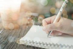 Скопируйте космос руки женщины писать вниз стоковая фотография rf