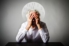 скорба Старик в мыслях Старик ждет 3 минуты t Стоковое Фото