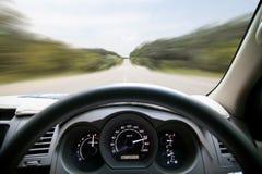 Скорости приборной панели автомобиля пока на дороге управлять автомобиля быстро Стоковая Фотография RF