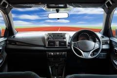 Скорости приборной панели автомобиля пока на дороге Стоковое фото RF