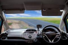 Скорости приборной панели автомобиля пока на дороге Стоковые Изображения