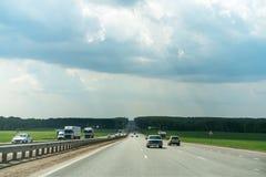 Скоростное шоссе в пасмурном ярком дне Стоковые Изображения RF