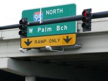 Скоростное шоссе и знаки уличного движения Стоковая Фотография RF