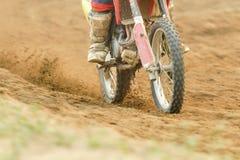 Скорость гонщика Motocross ускоряя ход в следе Стоковые Изображения RF
