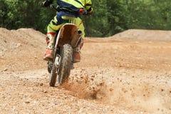 Скорость гонщика Motocross ускоряя ход в следе Стоковая Фотография RF