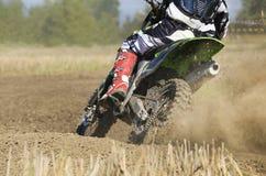 Скорость гонщика Motocross ускоряя ход в следе Стоковое Изображение RF