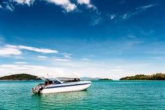 скорость моря шлюпки тропическая Остров на предпосылке Стоковая Фотография RF