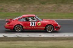 скорость Порше carrera 911 автомобиля участвуя в гонке Стоковая Фотография