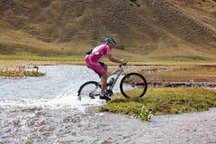 скорость реки горы велосипедиста moving Стоковая Фотография