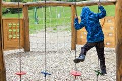 скорость скольжения спортивной площадки игры отдыха малыша оборудования ребенка мальчика действия Стоковое Изображение