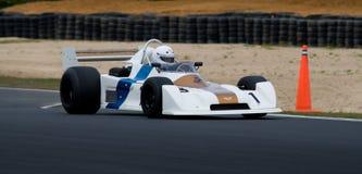 скорость шеврона f1 автомобиля историческая участвуя в гонке Стоковые Изображения