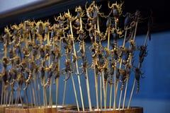 Скорпионы как закуска продали в улицах в Китае стоковое изображение
