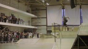 Скольжение конькобежца ролика на загородке, кантует несколько время смелости Конкуренция в skatepark Трудное эффектное выступлени акции видеоматериалы