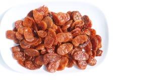 Скольжение сосиски свинины зажарило варить готовый для еды в керамической белизне Стоковые Фото