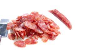 Скольжение сосиски свинины, который нужно подготовить для варить и изолировать предпосылку Стоковая Фотография RF