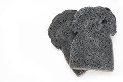скольжение хлебца хлеба хлеба угля черного изолированного на белизне Стоковое фото RF