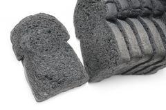скольжение хлебца хлеба хлеба угля черного изолированного на белизне Стоковое Фото