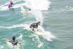 Скользя серфер среди других ждать волны Стоковая Фотография