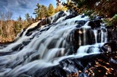 скрепление падает водопады Мичигана северные поднимающие вверх Стоковая Фотография