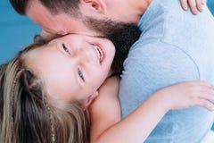 Скрепление родителя наслаждения влюбленности папы отдыха семьи потехи стоковые изображения rf