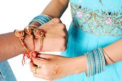 скрепленная сестра rakhi влюбленности брата Стоковое Фото