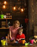 скрепляет болтами гайки семьи принципиальной схемы состава Семья засаживая цветки дома Мать помощи маленького ребенка, который ну стоковые фото