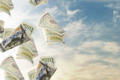Скрепления летая 100 долларовых банкнот абстрактные деньги предпосылки Стоковые Фотографии RF