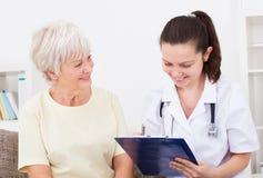 скрепленный пациент доктора счастливый изолированный очевидный они там доверяет белизне Стоковое фото RF