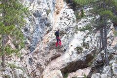 Скрещивание альпиниста между горами Стоковые Фото
