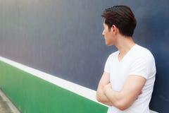 Скрещивание молодого человека спорта спортсмена стоящее подготовляет с внешней предпосылкой суда Здравоохранение, концепция благо стоковые фото