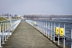 Скрещивание моста через большое реку Мост ферменной конструкции в городе o Стоковые Изображения RF