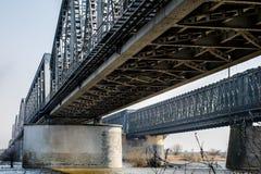 Скрещивание моста через большое реку Мост ферменной конструкции в городе o Стоковая Фотография RF