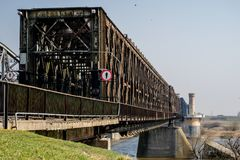 Скрещивание моста через большое реку Мост ферменной конструкции в городе o Стоковое Изображение RF