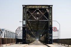 Скрещивание моста через большое реку Мост ферменной конструкции в городе o Стоковое Фото