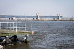 Скрещивание моста через большое реку Мост ферменной конструкции в городе o Стоковое фото RF