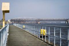 Скрещивание моста через большое реку Мост ферменной конструкции в городе o Стоковые Изображения