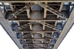 Скрещивание моста через большое реку Мост ферменной конструкции в городе o Стоковые Фотографии RF