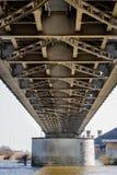 Скрещивание моста через большое реку Мост ферменной конструкции в городе o Стоковая Фотография