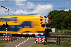 Скрещивание небольшого велосипеда ровное с поездом проходя мимо на быстрый ход стоковое изображение rf