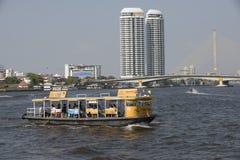 Скрещивание пассажирского парома Chao Река Phraya в Бангкоке Стоковые Фото
