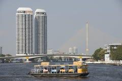 Скрещивание пассажирского парома Chao Река Phraya в Бангкоке Стоковое Изображение