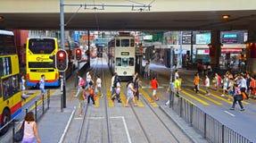 Скрещивание пешеходов на дороге canl, Гонконге Стоковая Фотография