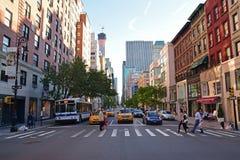 Скрещивание пешеходов на скрещивании зебры вдоль бульвара Нью-Йорка Madison Стоковое Изображение
