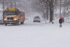 Скрещивание стопа школьного автобуса шторма зимы Стоковые Изображения