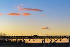 Скрещивание трамвая на заходе солнца стоковое фото rf